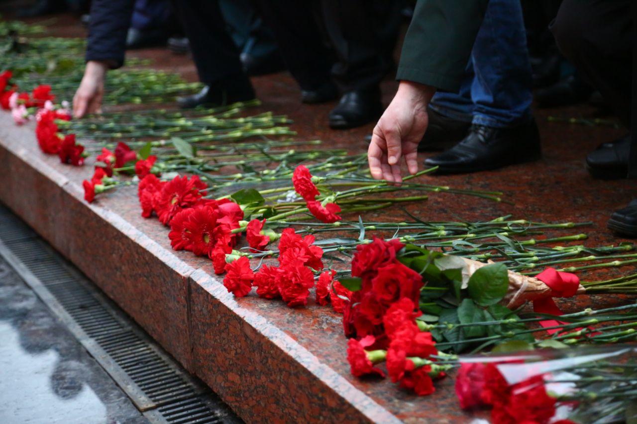 Солдат с цветами фото